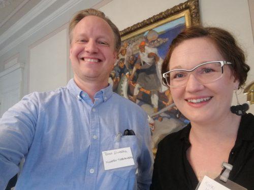 Tommi ja Katri TAH-säätiön kesäiltatapahtumassa, taustalla Gallen-Kallelan teos
